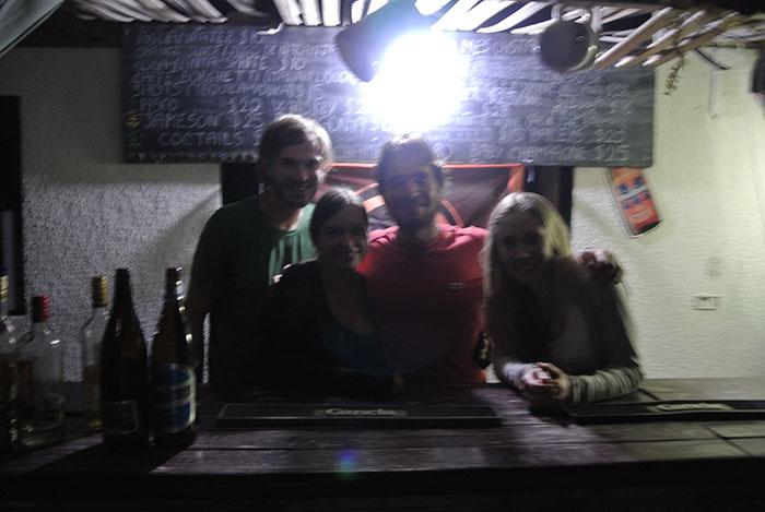 Australische Bar (Aussie Embassy Bar) in Argentinien mit italienische Barkeeper und internationalen Gästen...