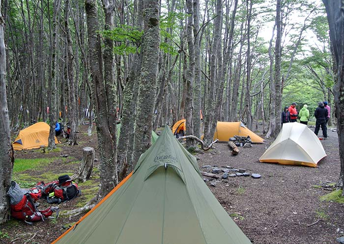 Tag 2: Nach 27 Kilometern und ersten Anstieg zum Pass, bauen wir bei eisigen Wind und gelegentlichen Schneefall ENDLICH unser Zelt auf!