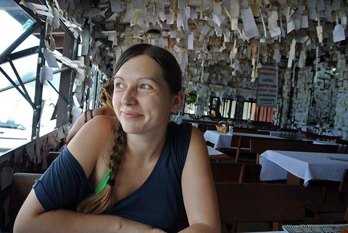 Nach der Wanderung... Besuch im ältestens Inselrestaurant... Die Zettel sind Botschaften der Besucher, die seit 1958 hier aufgehängt werden...