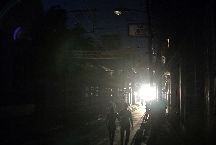Nur im Licht der vorbeifahrenden Oldtimer können wir Fotos schießen...